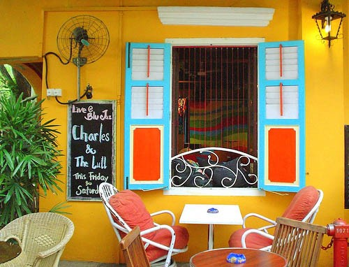 A cafe tucked away on Arab Street. Photo by Mysticlens.